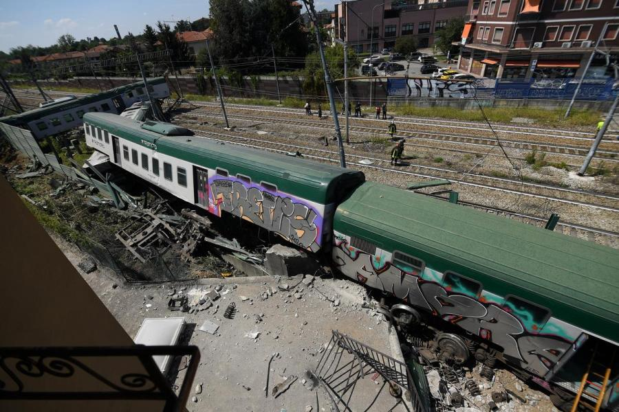 Italy train derailment1